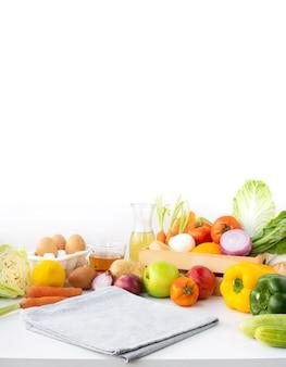 Селективный акцент на ткани / набор разнообразных овощей с копией пространства