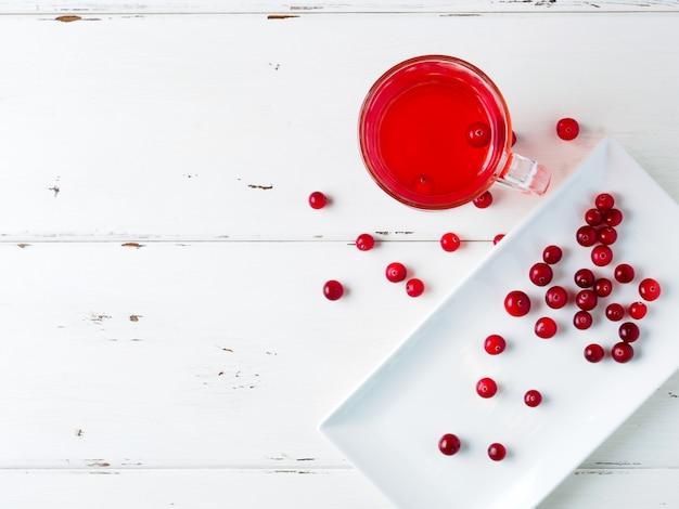 ガラスカップの新鮮な飲み物のクランベリーに選択的な焦点
