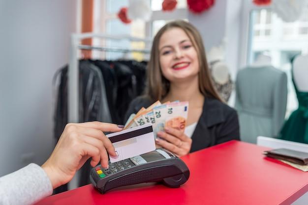 クレジットカードで女性の手に選択的な焦点