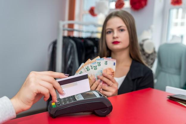 신용 카드로 여성 손에 선택적 초점