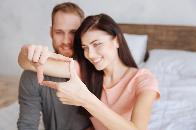 Селективный акцент на женские руки, фотографирующие пару, весело проводя время вместе