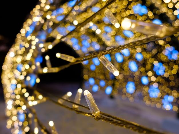 주도 크리스마스 조명에 대한 선택적 초점 마법의 새해 조명