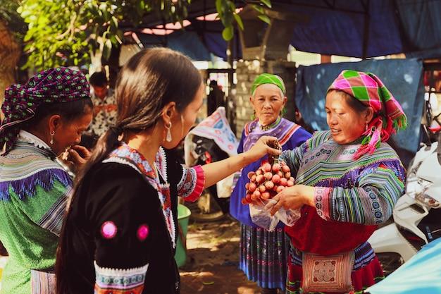 Селективный акцент на местных фруктах