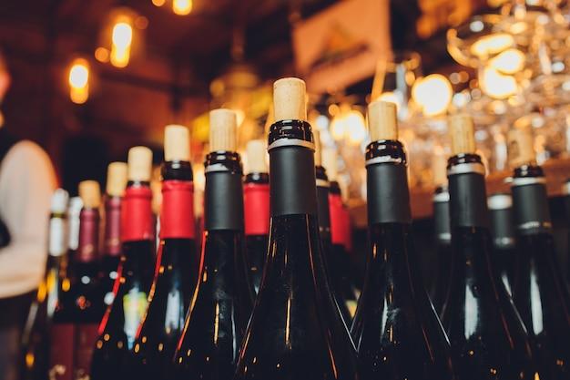 Выборочный акцент на бутылки вина.