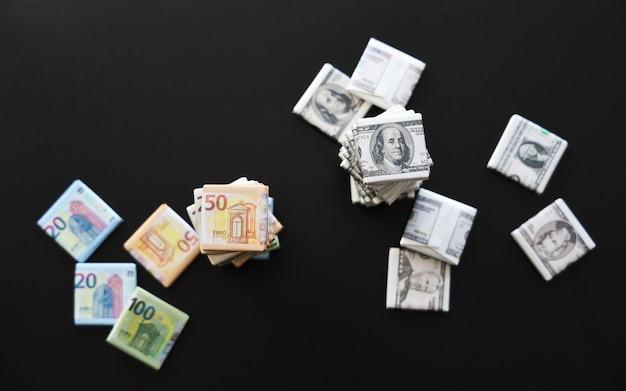유로 및 달러 기호가 있는 래퍼 스택 맨 위에 선택적 초점