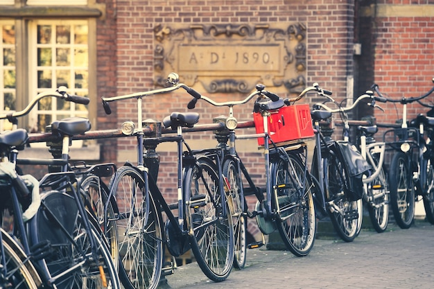 オランダのアムステルダムの運河に駐車された伝統的なオランダの自転車にセレクティブフォーカス