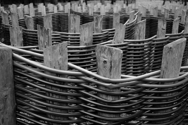 絡み合ったプラスチックパイプの木製柵柱に選択的に焦点を当てる