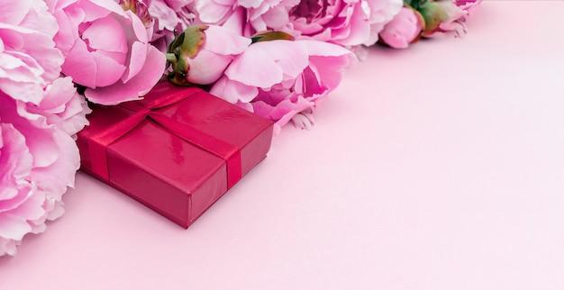 Выборочный фокус на пионах и подарочной коробке