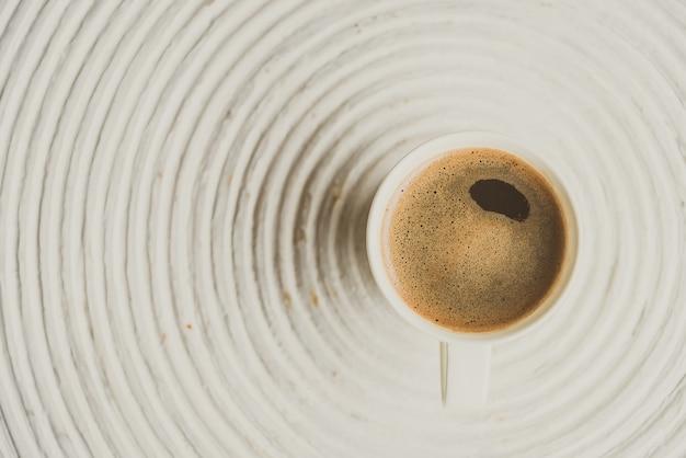 Punto di messa a fuoco selettiva su caffè nero in tazza bianca