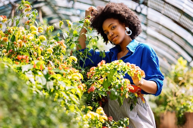 Colpo di messa a fuoco selettiva di una donna afroamericana in giardino