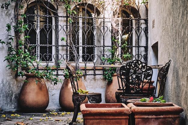 Colpo di messa a fuoco selettiva di sedie vicino alle finestre in francia