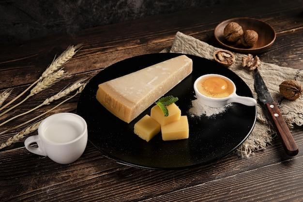 Colpo di messa a fuoco selettiva di un delizioso piatto di formaggi sul tavolo con noci su di esso