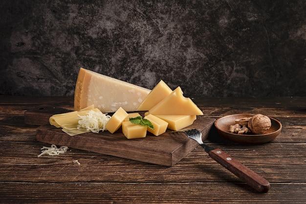 Messa a fuoco selettiva di un delizioso piatto di formaggi sul tavolo con noci su di esso