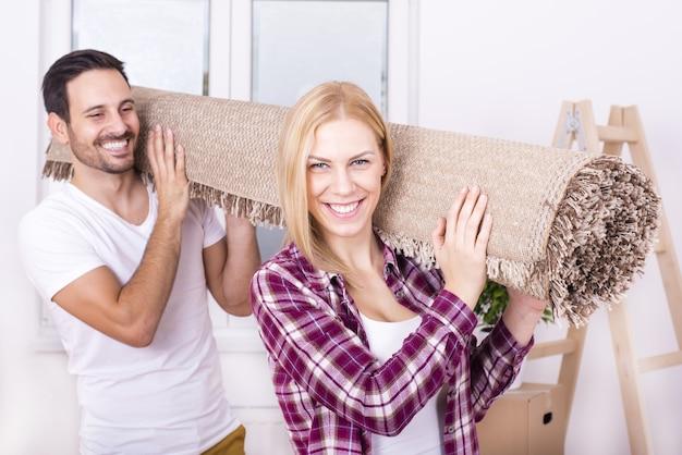 Messa a fuoco selettiva di una coppia bianca felice che si trasferisce insieme in una nuova casa