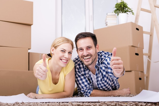 Селективный снимок счастливой белой пары, переезжающей в новый дом