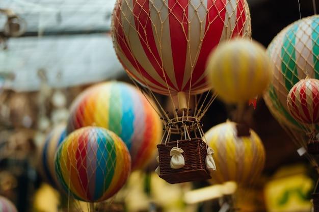 많은 다채로운 공기 풍선의 선택적 초점 샷