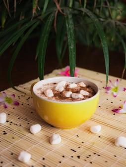 マシュマロとカップに入ったおいしいホットチョコレートのセレクティブフォーカスショット