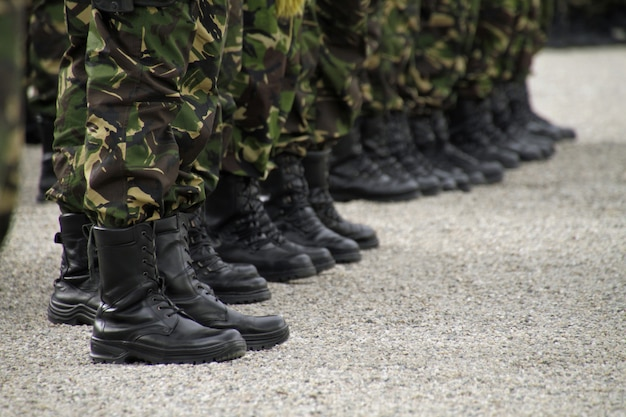 ライン上に立っている兵士の選択的なフォーカスショット