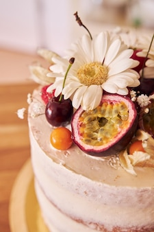 茶色のテーブルの上のおいしい装飾的なケーキの選択的なフォーカスショット