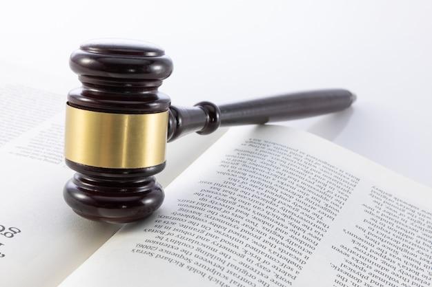 法律の本に裁判官の小槌の選択と集中ショット