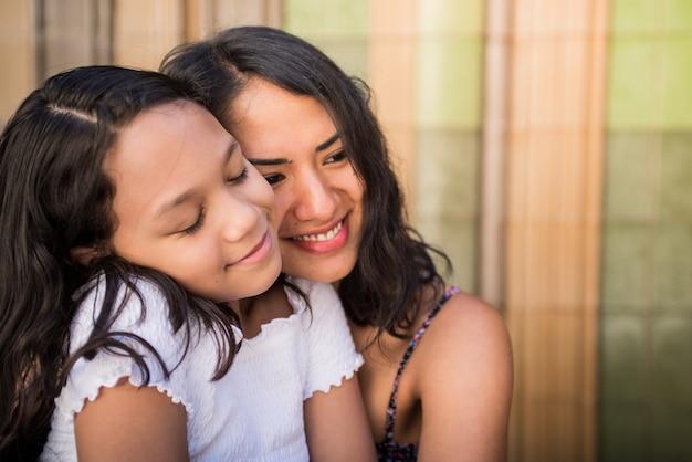 若い美しい母と娘の抱擁と笑顔の選択的なフォーカスショット