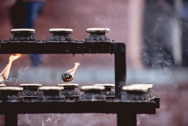 Una messa a fuoco selettiva di una salvia che brucia per una cerimonia
