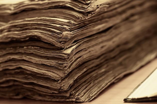 Colpo di messa a fuoco selettiva di una pila di vecchi libri