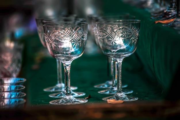 Colpo di messa a fuoco selettiva dei bicchieri di vino dell'annata