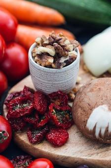 Colpo di messa a fuoco selettiva di noci e pomodori disidratati