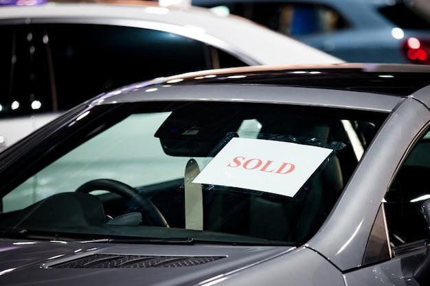 쇼룸에서 주차에 자동차의 선택적 포커스 판매 레이블