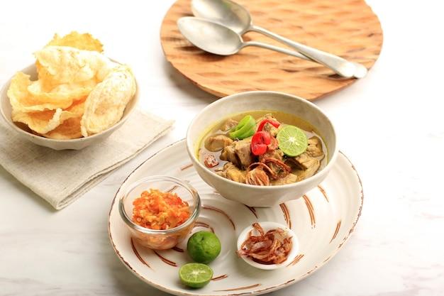 セレクティブフォーカスソトサピまたはソトデージングは、インドネシアの特別なスープです。ビーフブロスとミートカツを使ったこの料理。イードアルアドハーまたはデイリーの人気メニュー