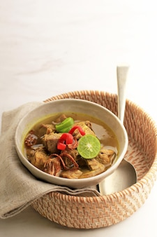 セレクティブフォーカスソトサピまたはソトデージングは、インドネシアの特別なスープです。ビーフブロスとミートカツを使ったこの料理。イードアルアドハーの人気メニュー