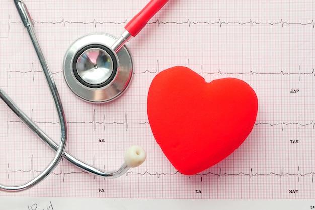 Выборочный фокус. стетоскоп и сердце на кардио диаграмме