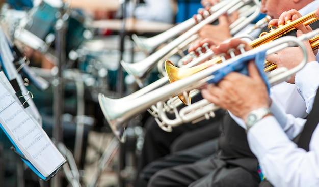 Выборочный фокус. музыканты играют в верхней одежде на улице