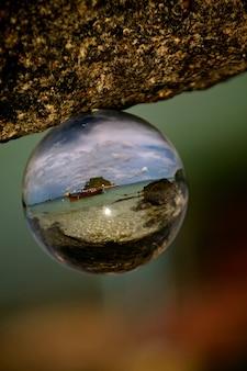 ガラス玉に映るリペ島のビーチのセレクティブフォーカスショット