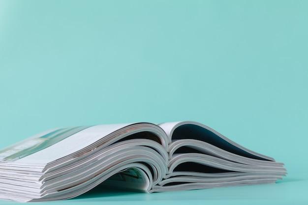 잡지의 오픈 및 스태킹의 선택적 소프트 포커스