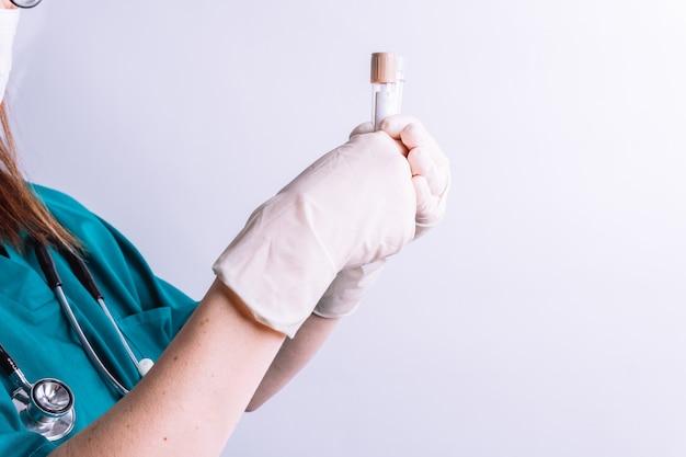 병원 소변 검사 혈액 검사에서 소변 또는 혈액 점 개념 검사를 위해 일부 유리병을 들고 있는 병원 여성 의사의 선택적 보기