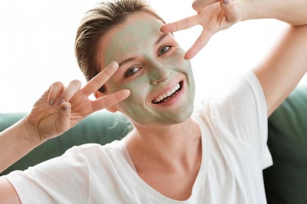 Самостоятельная забота дома счастливая женщина с косметикой
