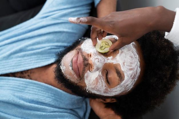 フェイスマスク付きの自宅でのセルフケア