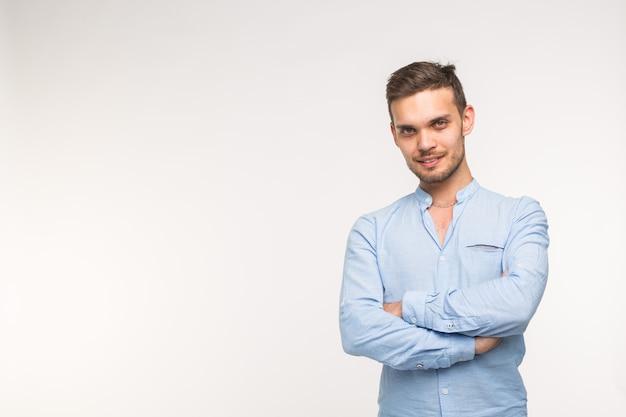 自信、ビジネスと人々の概念-コピースペースと白い背景の上の笑顔で成功したハンサムな男。