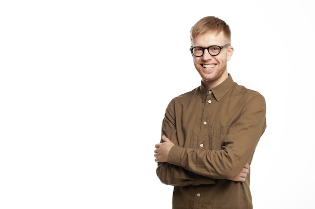 자신감, 기쁨, 행복 및 성공 개념. 갈색 셔츠와 안경에 잘 생긴 긍정적 인 젊은이의 초상