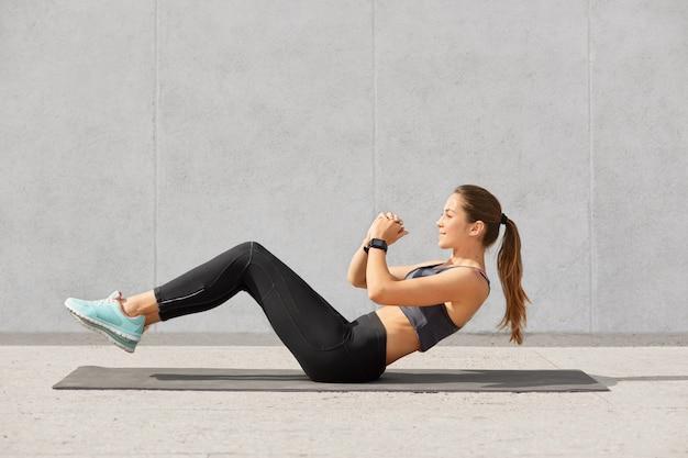 Самоуверенная спортивная женщина с конским хвостом