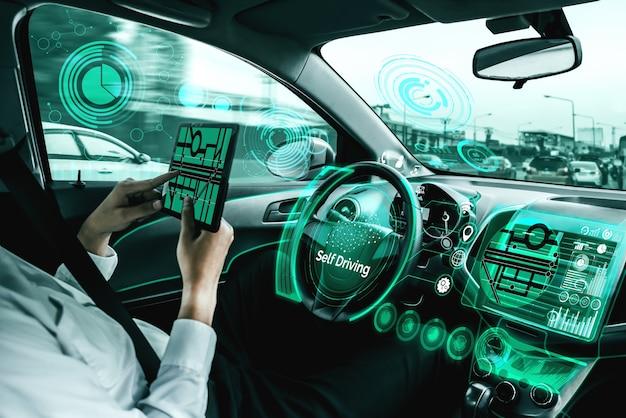 Автономный автомобиль с водителем.