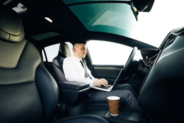 운전대를 잡고 고속도로를 통제하기 위해 운전자의주의를 요구하는자가 운전 전기 자동차 자동 조종 장치