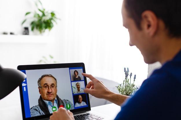 自営業者は在宅勤務。在宅勤務、在宅勤務、遠隔教育、遠隔教育、自営業のコンセプト写真。現実の人間。コピースペース