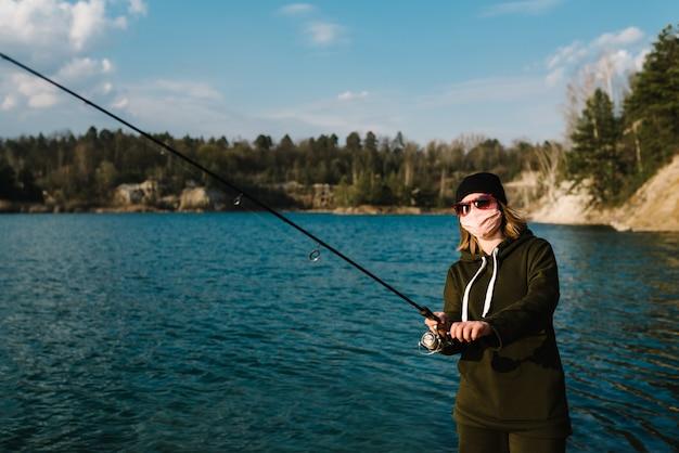 自然における自己分離、保護、コロナウイルス。 covid-19を獲得しました。池のカワカマス、スズキ、コイの釣り。