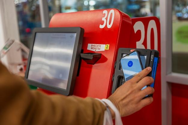 Самостоятельная оплата покупок в терминале в супермаркете. современный сервис.
