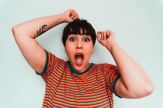 Autoritratto di una donna caucasica con un'espressione facciale emozionante e scioccata