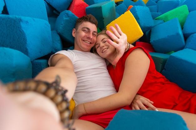 トランポリンで自撮りをする面白い漫画のカップルの自画像。
