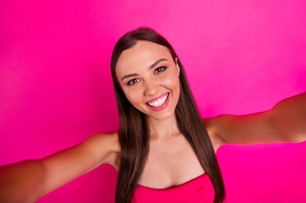 彼女の自画像彼女は素敵な魅力的な素敵な魅力的な愛らしい魅力的な陽気な陽気な嬉しい長髪の女の子明るい鮮やかな輝き鮮やかなピンクのフクシア色の背景に分離